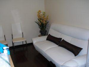 白いソファがある待合室